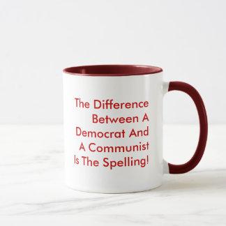 Mug Différence entre un Démocrate et un communiste