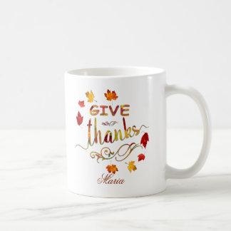 Mug Donnez à automne de mercis le monogramme rustique