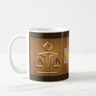 Mug Échelles d'or de justice sur le teck