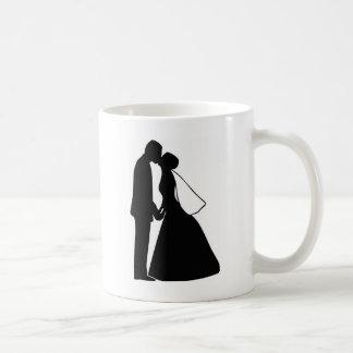 Mug Épouser la silhouette de jeunes mariés de baiser