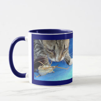 Mug Fermez-vous d'un chat tigré et d'une sauterelle