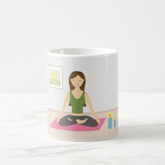 Mug Fille mignonne faisant le yoga dans une jolie