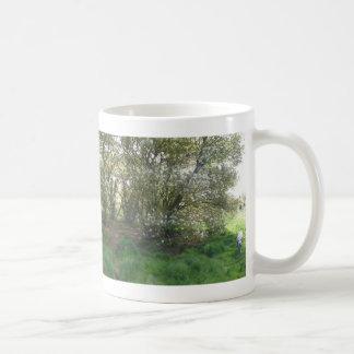 Mug Fleurs panoramiques d'arbre de raisin sec avec la