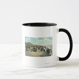 Mug Foules recueillies dans une ligne à la ville de