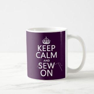 Mug Gardez le calme et cousez sur (dans toutes les