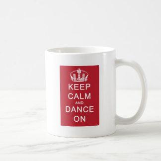 Mug Gardez le calme et dansez sur (le rouge)