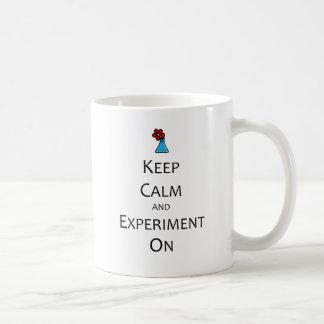 Mug Gardez le calme et l'expérience dessus