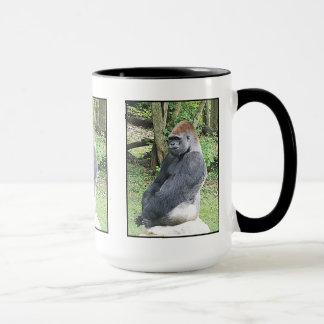 Mug Gorille de plaine dans la pose se reposante