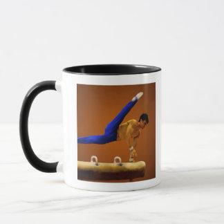 Mug Gymnastique de pratique de jeune homme sur le