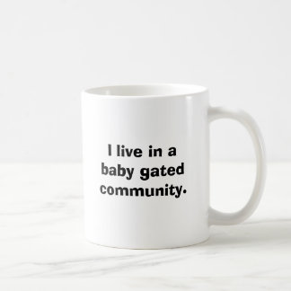 Mug Je vis dans une communauté à déchenchements