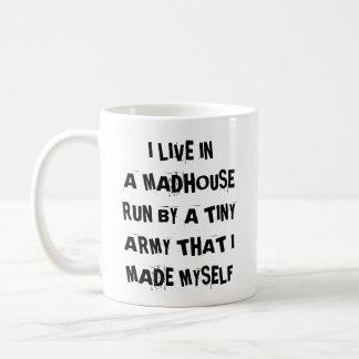 Mug Je vis dans une course de maison de fous à côté