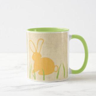 Mug Lapin jaune et herbe verte par Chariklia Zarris