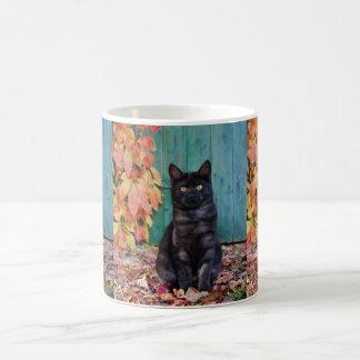 Mug Le chaton mignon de chat noir avec le rouge part