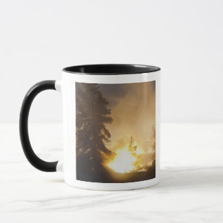 Mug Le coucher du soleil colore la vapeur au-dessus de