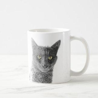 Mug Le jaune gris mignon de chat observe l'animal