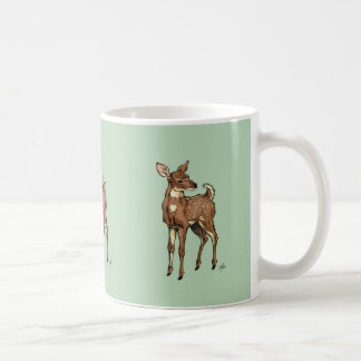 Mug Les cerfs communs adulent sur l'arrière - plan en