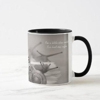 Mug Les énonciations mignonnes de café ralentissent