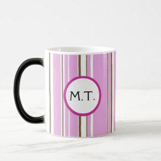 Mug Magique Monogramme rose de rayure de Brown