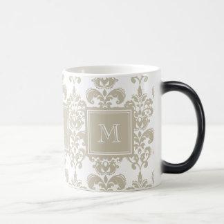 Mug Magique Votre monogramme, motif beige 2 de damassé
