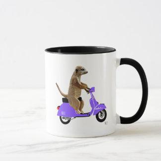 Mug Meerkat sur le vélomoteur de lilas