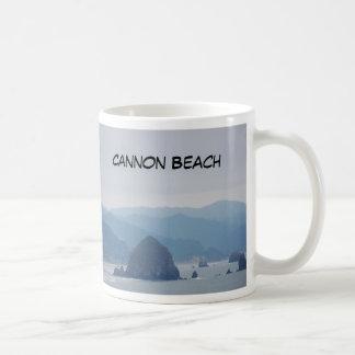 Mug Meule de foin de plage de canon dans la brume