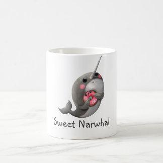 Mug Narwhal timide avec le beignet