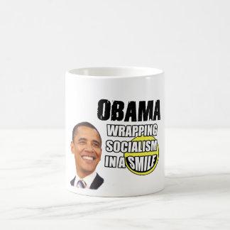 Mug Obama enveloppant le socialisme dans un sourire