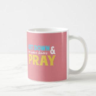 Mug Obtenez vers le bas sur vos genoux et priez
