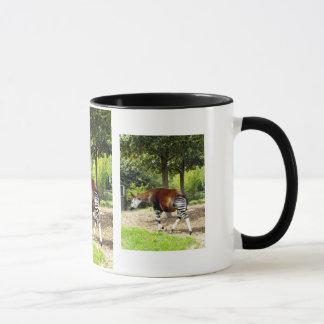 Mug Okapi marchant loin