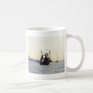 Mug Paix et abondance de bateau de pêche à l'aube