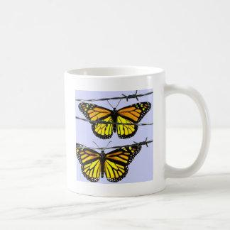 Mug Papillon de monarque derrière le barbelé