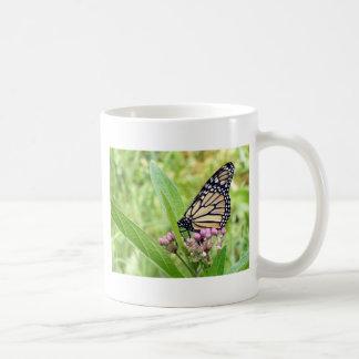 Mug Papillon de monarque et fleurs sauvages roses