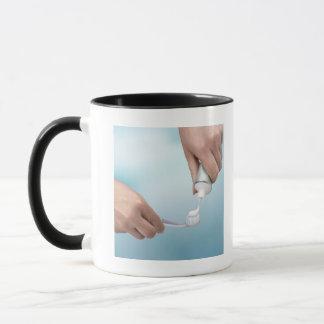 Mug Pâte dentifrice étant serrée sur une brosse