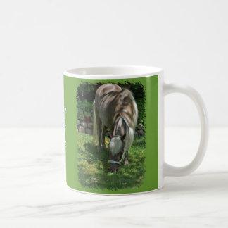 Mug Photographie de poney de Shetland frôlant sur la