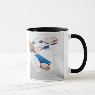 Mug Plan rapproché de la jambe d'une personne cassant