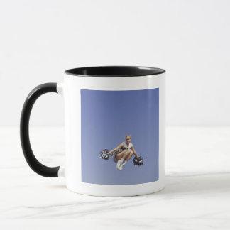 Mug Pom-pom girl sautant, vue d'angle faible, portrait