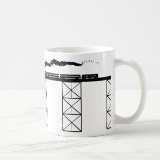 Mug Pont de haut niveau avec la locomotive à vapeur de