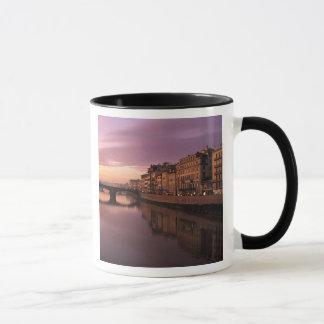 Mug Ponts au-dessus de la rivière de l'Arno au coucher