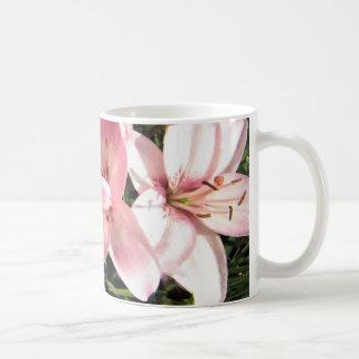 Mug Rose, lis asiatiques blancs de rose