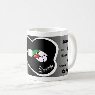 Mug St Kitts des lèvres de Sharnia attaquent (la lèvre