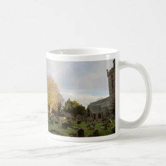 Mug Sun allume un arbre dans la cimetière d'abbaye de