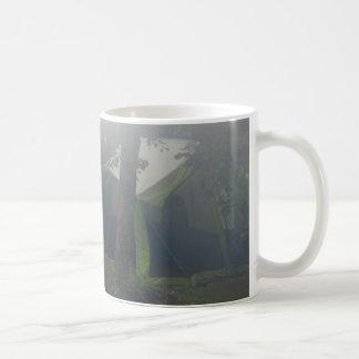 Mug tentes en brume de matin
