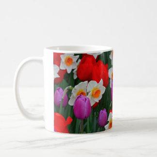Mug Tulipes pourpres et jardin blanc de jonquilles