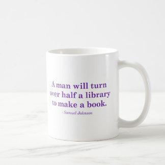 Mug Un homme retournera la moitié d'une bibliothèque