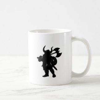 Mug Viking en silhouette, avec la hache au-dessus de