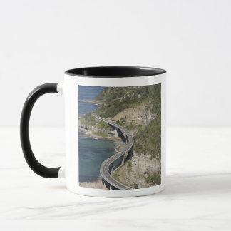 Mug Vue aérienne de pont en falaise de mer près de