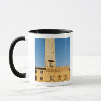Mug Vue d'angle faible de tour d'un bâtiment,