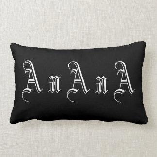 Multiple un monogramme en noir et blanc oreiller