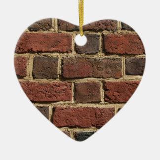 Mur de briques ornement cœur en céramique