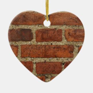Mur de briques rouge ornement cœur en céramique